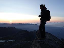 12ef1d731323e5 Mit der Stille per Du - Sonnenaufgang auf dem Berg ...